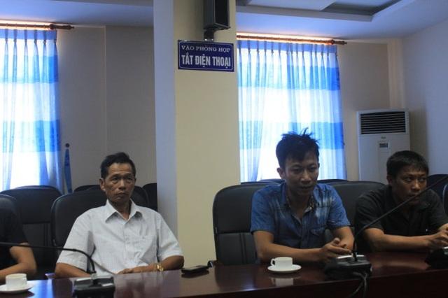 Hình ảnh Mai Gia Hoàn mặc áo sơ mi màu đen thời điểm chị Thúy mất (Ảnh chụp tại Bệnh viện Đa khoa tỉnh Thanh Hóa)