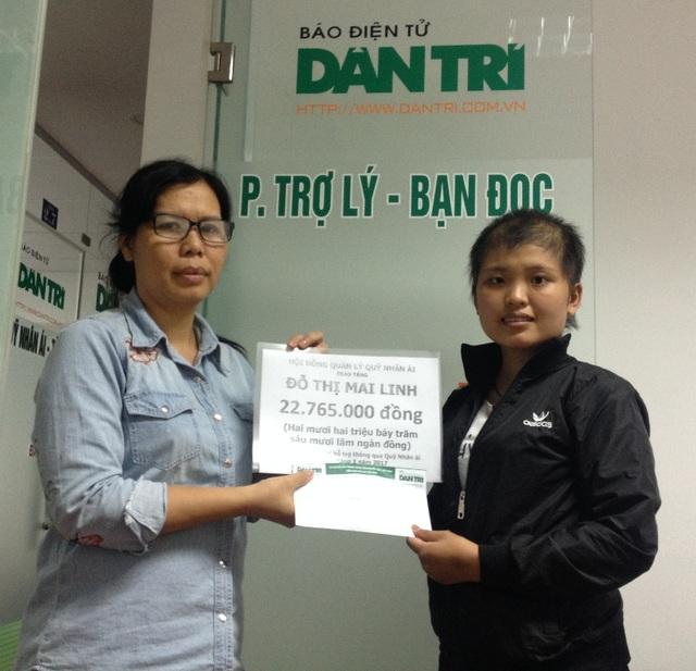Nhà báo Lý Thị Toàn Thắng, Trưởng văn phòng đại diện báo Dân trí tại TPHCM trao quà nhân ái đến cho Mai Linh