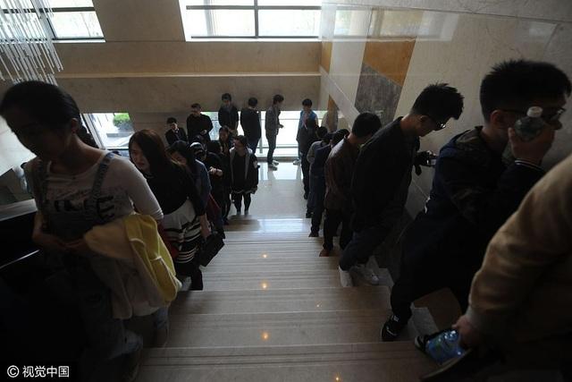 Các sinh viên đại học xếp hàng để tham dự sự kiện mai mối này. (Ảnh: VCG)