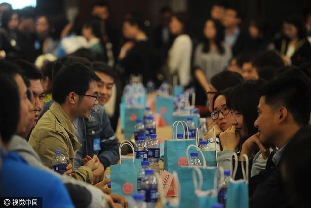 Hàng ngàn sinh viên đại học tham dự sự kiện mai mối ở Bắc Kinh ngày 9/4. (Ảnh: VCG)