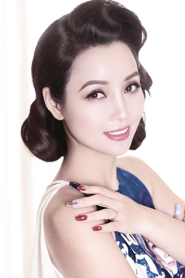 """""""Chị Trang yêu thích thời trang đến nỗi mỗi ngày có thể thay đến 4-5 bộ đồ khác nhau, còn Huyền thì giản dị hơn, mỗi ngày chỉ mặc 1 bộ ra bên ngoài và 1 bộ ở nhà thôi, Mai Thu Huyền chia sẻ."""