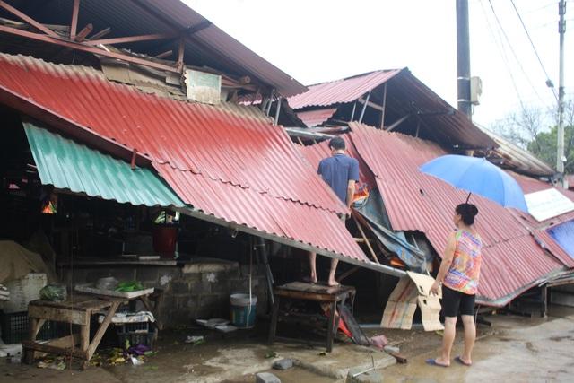 Hàng trăm nhà dân bị tốc mái