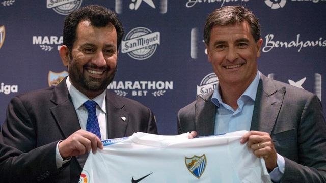Chủ tịch Malaga, Abdullah Al-Thani (trái) gọi Barcelona là cặn bã