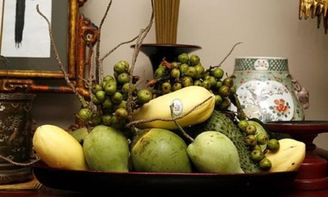 Mâm ngũ quả miền Nam thường có mãng cầu, buồng dừa, xoài,..