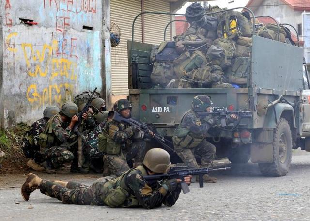 Các binh sĩ Philippines chiến đấu với các tay súng thân IS tại thành phố Marawi của Philippines (Ảnh: Reuters)