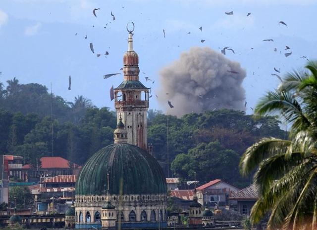 Tổng tham mưu trưởng Lực lượng vũ trang Philippines, Tướng Eduardo Ano, ngày 22/6 cho biết các phần tử khủng bố đang hiện diện tại hầu khắp lãnh thổ Philippines, trong đó phần lớn mang quốc tịch Indonesia. Một số phần tử khủng bố được cho là đang tham chiến tại thành phố Marawi trên đảo Mindanao trong cuộc giao tranh với quân đội chính phủ Philippines. Trong ảnh: Máy bay chiến đấu OV-10 Bronco của quân đội Philippines thả bom trong một cuộc không kích nhằm tiêu diệt phiến quân ở Marawi.