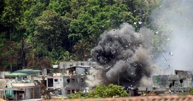 Máy bay chiến đấu của quân đội Philippines thả bom xuống khu vực nghi có phiến quân chiếm đóng tại thành phố Marawi trên đảo Mindanao (Ảnh: Reuters)