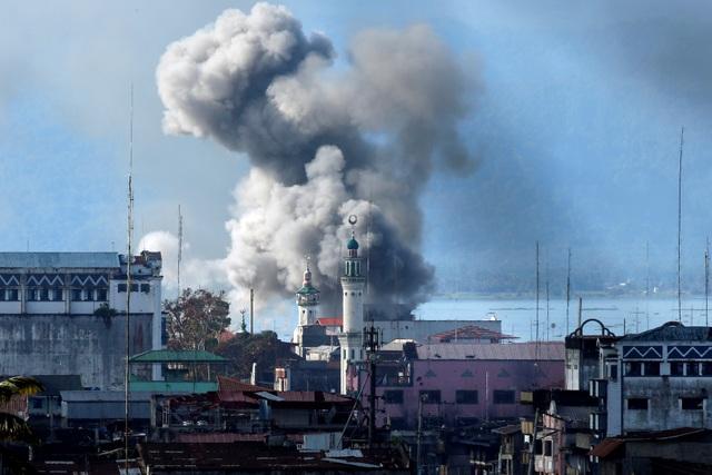 Khói bốc lên từ khu vực bị quân đội Philippines thả bom ở Marawi (Ảnh: Reuters)