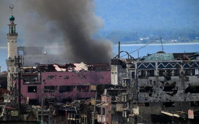 Tình hình căng thẳng tại khu vực này đã kéo dài hơn so với dự tính ban đầu của Tổng thống Rodrigo Duterte dù nhà lãnh đạo Philippines đã gia hạn thiết quân luật trên đảo Mindanao tới hết năm 2017 để quân đội nước này có thêm thời gian tiêu diệt hoàn toàn các phiến quân thân IS.