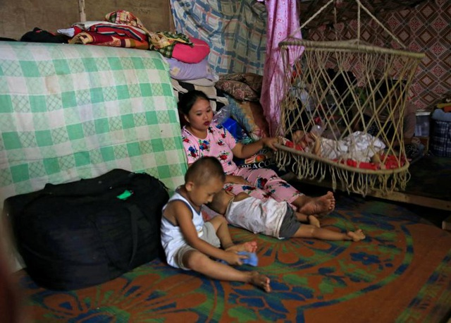 Ngoài số người thiệt mạng, cuộc giao tranh tại Marawi cũng đã khiến hơn 230.000 người phải rời bỏ nhà cửa đi sơ tán, trong đó có nhiều trẻ em. Người dân Marawi buộc phải sống trong các trung tâm sơ tán hoặc các tòa nhà công cộng trên toàn đảo Mindanao. Trong ảnh: Một người mẹ cùng 3 đứa con sống trong một trại sơ tán tạm bợ sau khi rời khỏi thành phố Marawi.