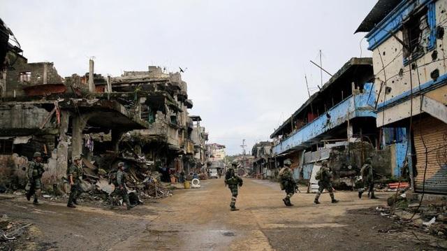 """Sau hơn 3 tháng giao tranh, thành phố Marawi đã bị tàn phá nặng nề, thậm chí bị gọi là """"thành phố ma"""" vì gần như không có người ở. Bộ trưởng Quốc phòng Philippines Delfin Lorenzana cho biết ước tính chi phí để tái thiết thành phố này sẽ lên tới 56 tỷ peso (khoảng 1,1 tỷ USD)."""