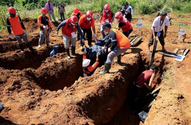 Ngoài cung cấp vũ khí và các trang thiết bị quân sự như máy bay, Mỹ đã cam kết sẽ viện trợ 14,3 triệu USD cho các hoạt động cứu trợ khẩn cấp đối với những nhóm người bị ảnh hưởng bởi cuộc xung đột ở Marawi và các khu vực lân cận. Trong ảnh: Các nhân viên cứu trợ chôn cất thi thể của những người dân và binh sĩ thiệt mạng trong các cuộc giao tranh tại Marawi.