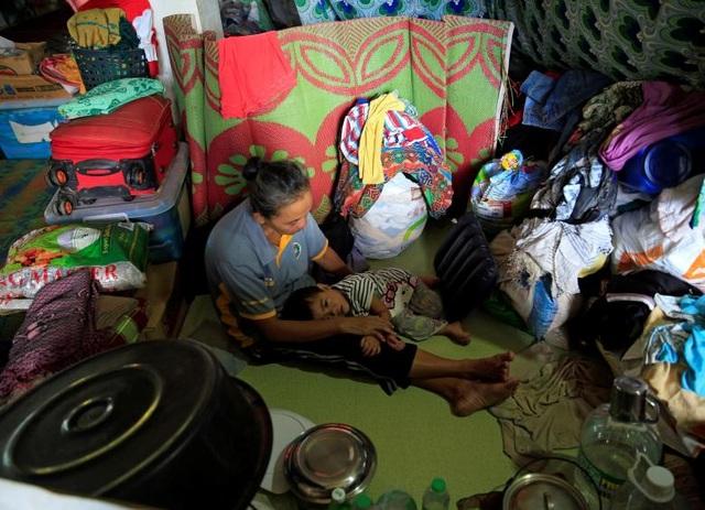 Cuộc sống của những người dân Marawi đi sơ tán gặp nhiều khó khăn. Không chỉ thiếu thốn về vật chất, họ còn phải đối mặt với các nguy cơ về bệnh dịch do môi trường sống thiếu vệ sinh.