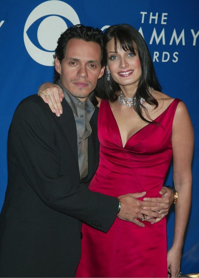 Marc Anthony kết hôn lần đầu tiên với vợ là hoa hậu hoàn vũ Dayanara Torres. Họ cưới nhau vào năm 2000, sau đó có với nhau 2 con trai trước khi chia tay vào 2002. Chàng ca sỹ đào hoa này còn có 1 con với bạn gái Debbie Rosado vào năm 1994.