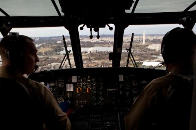 Không giống hầu hết trực thăng khác, Marine One yên tĩnh tới mức tổng thống có thể nói chuyện với giọng bình thường. Nó đủ chỗ cho 14 hành khách. Theo Business Insider, mỗi năm, chỉ 4 phi công từ phi đội HMX-1 có vinh dự điều khiển Marine One. Dù trực thăng Marine One hạ cánh ở bất kỳ đâu trên thế giới thì tổng thống cũng luôn được ít nhất một lính thủy đánh bộ đứng chào. Trong ảnh: Bên trong buồng lái Marine One. (Ảnh: Nhà Trắng)