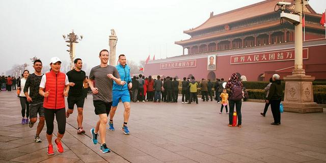 Mark Zuckerberg vẫn tỏ ra yêu quý và quan tâm tới thị trường Trung Quốc. Trong ảnh là cảnh chạy bộ của CEO Facebook trong một lần tới Trung Quốc để tìm cách thuyết phục cho mạng xã hội của mình được hoạt động tại đây.
