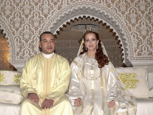 Nhà vua Morocco Mohamed VI kết hôn với cô dâu Lalla Salma xinh đẹp, người từng là một kỹ sư, tại cung điện hoàng gia ở Rabat, Morocco năm 2002. (Ảnh: Getty)
