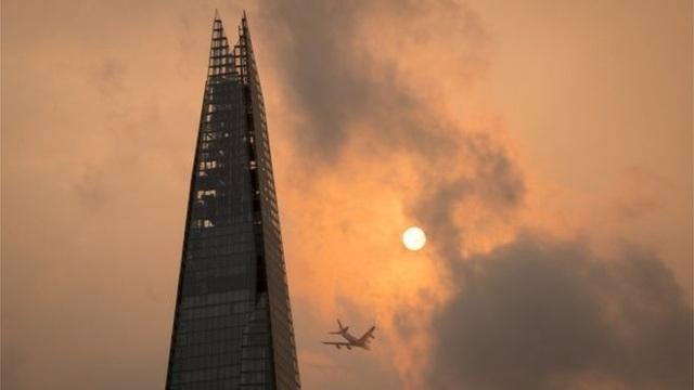 Mặt trời đỏ ở trung tâm thủ đô London, Anh (Ảnh: PA/DOMINIC LIPINSKI)