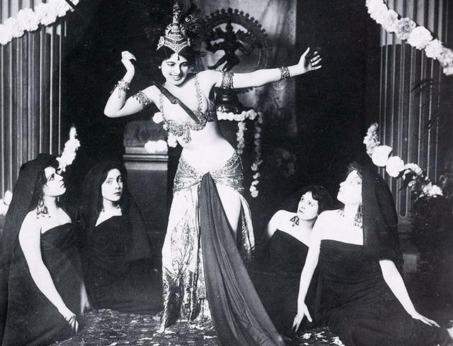 Từ một vũ nữ, bà Mata Hari đã trở thành một điệp viên. (Ảnh: Style)