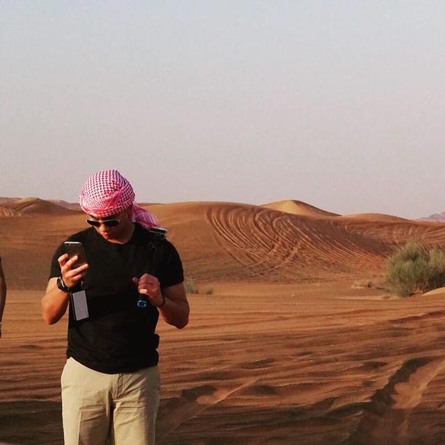 Anh dành nhiều thời gian du lịch, đi từ Địa Trung Hải, băng qua các sa mạc và tới nghỉ tại hòn đảo nhiệt đới.
