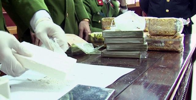 Tang vật 5 bánh heroin và 8kg ma túy dạng đá (Ảnh: Minh Khôi - NTV)