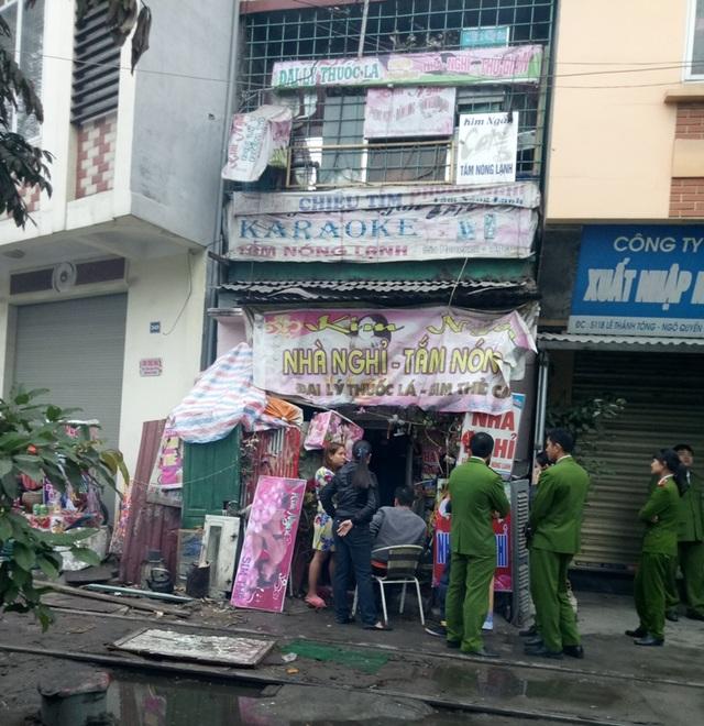 Cơ quan công an đang lấy lời khai của chủ nhà ở một cơ sở khác cách vị trí cháy chừng 30 mét