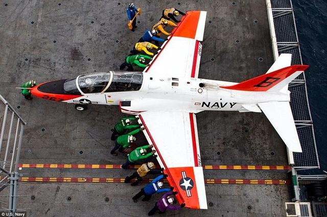 Trên tàu sân bay kích cỡ lớn, một người làm sai quy trình nhỏ đều có thể dẫn tới hậu quả thảm khốc. Trên boong tàu các máy bay liên tục cất cánh và hạ cánh với hàng chục người trong mỗi đội bay. Vì vậy, để đảm bảo tai nạn đáng tiếc không xảy ra, Mỹ đã xây dựng hệ thống 7 mã màu nhằm kiểm soát hoạt động của các thủy thủ và theo sát quy trình mẫu.