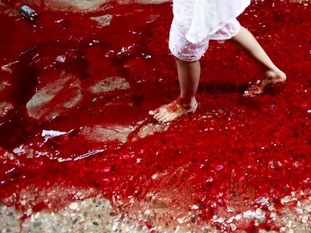 Những vệt máu đọng lại trên đường phố sau lễ hiến tế