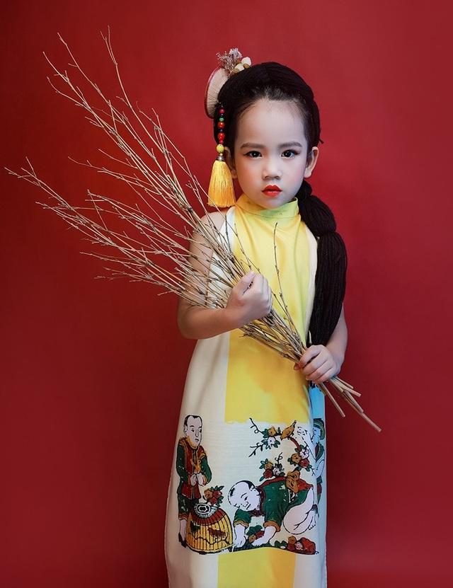 Tuổi nhỏ nhưng tài năng không nhỏ, mẫu nhí Hoàng Quyên đã chứng minh điều đó khi cô bé biết tận dụng những chất liệu dân gian trong khung hình