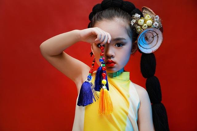 Nét ngộ nghĩnh, đáng yêu thường thấy ở Nhã Uyên trầm tĩnh hơn khi cô bé khoác lên mình bộ áo dài truyền thống