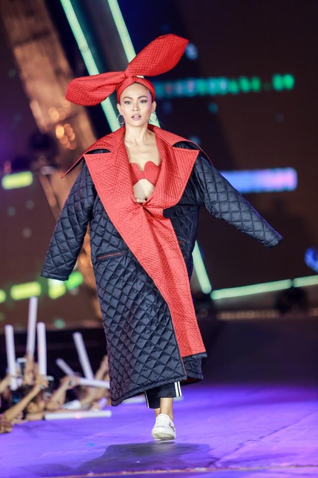 Với chiều cao 1,77m, không quá khó để Mâu Thủy chọn phong cách thời trang của riêng mình. Từ một quý cô thanh lịch cho đến cô nàng ngỗ ngáo, ở Mâu Thủy luôn toát lên sự năng động, linh hoạt.