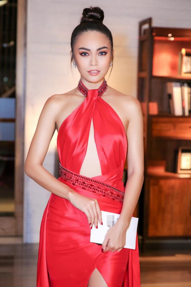 """Mâu Thủy là một trong nhiều người đẹp xuất hiện tại sự kiện. Diện đầm cut-out gợi cảm, """"chân dài"""" thu hút sự chú ý. Đây là lần xuất hiện hiếm hoi của mỹ nhân sinh năm 1992 tại sự kiện sau thời gian dài tập trung rèn luyện những kỹ năng cần thiết để đến với sân chơi Miss Universe Vietnam 2017."""