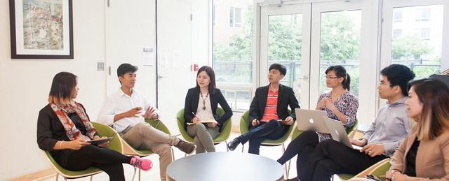 Mậu Tuấn (thứ 2 từ phải sang) và các bạn trẻ trong chương trình học bổng toàn phần Dream Project Incubator (DPI) tại buổi chia sẻ kinh nghiệm ở MIT năm 2016.