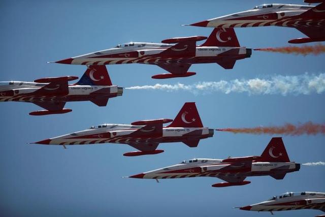 Phi đội nhào lộn Turkish Stars của Không quân Thổ Nhĩ Kỳ với sự tham gia của các máy bay chiến đấu Northrop F-5 Freedom đã có màn trình diễn đẹp mắt trên bãi biển tại triển lãm hàng không quốc tế ở Torre del Mar, gần Malaga, phía nam Tây Ban Nha.