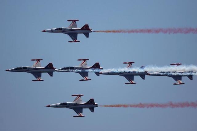Các máy bay Northrop F-5 Freedom thuộc đội nhào lộn Turkish Stars phối hợp thành đội hình đẹp mắt.