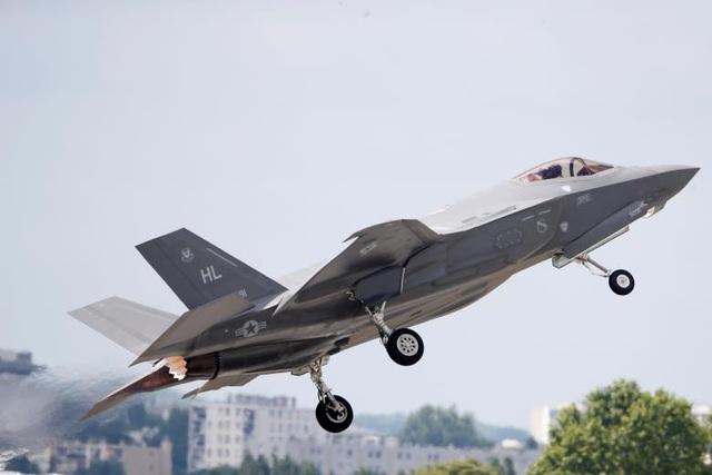 Các mẫu máy bay quân sự cũng là chủ đề quan tâm của khách thăm quan PAS năm nay. Trong ảnh: Máy bay chiến đấu Lightning 162 tham gia một màn trình diễn tại PAS 2017.