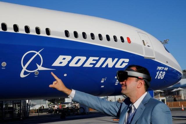 Ông Maziar Farzam, Chủ tịch Tập đoàn Inhance Digital, sử dụng kính thực tế ảo để đọc các thông tin về máy bay Boeing 787-10 ngay tại triển lãm hàng không PAS.