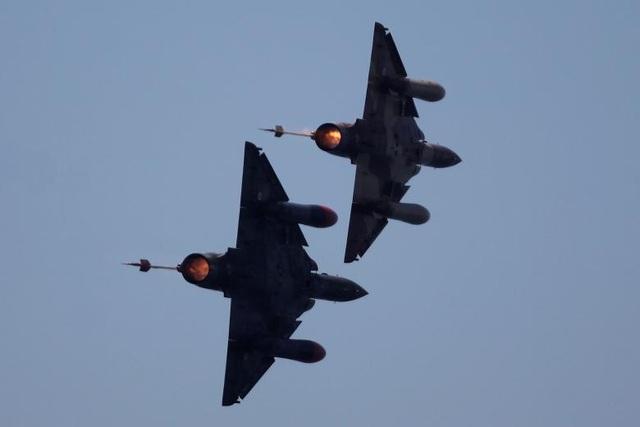 Một khoảnh khắc ấn tượng của hai máy bay chiến đấu Dassault Mirage 2000D thuộc Không quân Pháp.