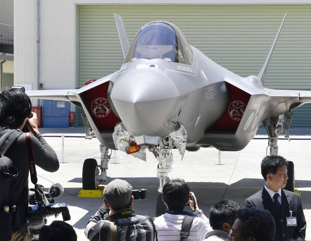 """Máy bay chiến đấu F-35 """"Made in Japan"""" đầu tiên (Ảnh: Kyodo)"""