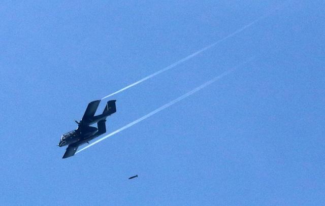 Một máy bay của Không quân Philippines không kích phiến quân ở Marawi. (Ảnh: Reuters)