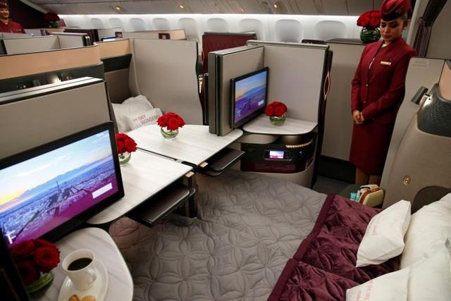 Triển lãm hàng không Paris được tổ chức hai năm một lần và được đánh giá là một trong những triển lãm hàng không lớn nhất thế giới. Trong ảnh: Một nữ tiếp viên của hãng hàng không Qatar Airways giới thiệu ghế dành cho hạng thương gia trên máy bay Boeing 777.