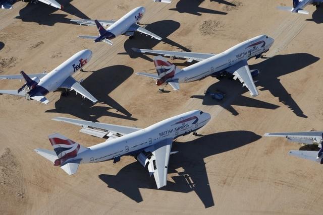 Bên cạnh đó là những chiếc máy bay hết đát của hãng vận chuyển FedEx