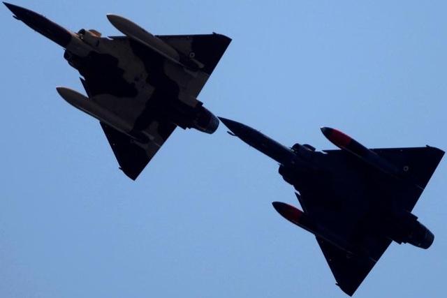 Hai máy bay chiến đấu Dassault Mirage 2000D của Không quân Pháp kết hợp cùng nhau trong một màn trình diễn.