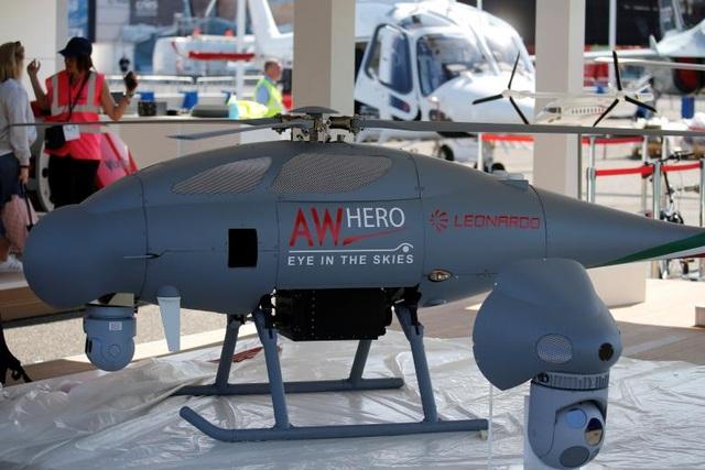 """Không chỉ có các máy bay dân sự, tại PAS 2017, khách thăm quan sẽ được chiêm ngưỡng nhiều loại tên lửa, trực thăng, máy bay chiến đấu..., trong đó có nhiều mẫu lần đầu tiên ra mắt. Trong ảnh: Máy bay không người lái """"AW HERO"""", một sản phẩm của Leonardo, được trưng bày tại triển lãm."""