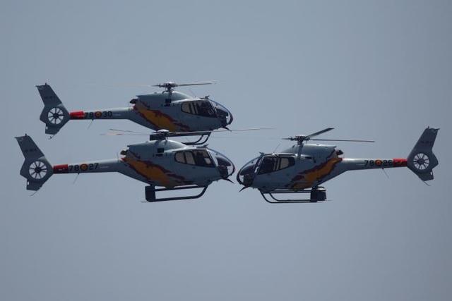 Các trực thăng Eurocopter EC120 Colibri thuộc phi đội nhào lộn Patrulla Aspa của Không quân Tây Ban Nha tham gia triển lãm hàng không tại Tây Ban Nha.