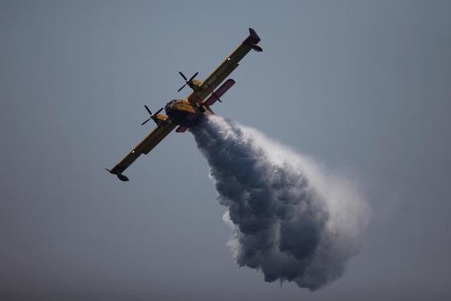 Màn trình diễn đẹp mắt của máy bay Canadair CL-215 tại triển lãm hàng không Tây Ban Nha.