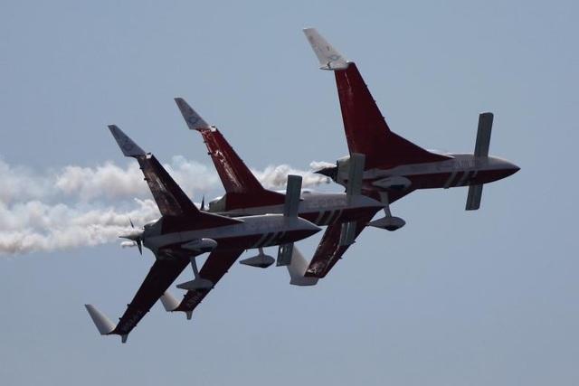 Các máy bay thuộc phi đội nhào lộn Patrulla Reva của Pháp bay song song trong một tiết mục trình diễn.