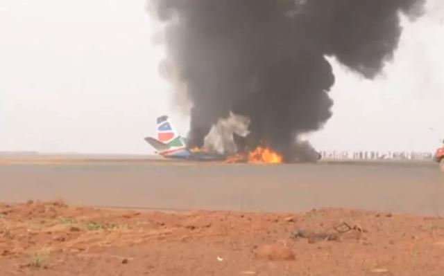 Chiếc máy bay bốc cháy và phát nổ sau khi hạ cánh không thành công ở Nam Sudan ngày 20/3. (Ảnh: Telegraph)