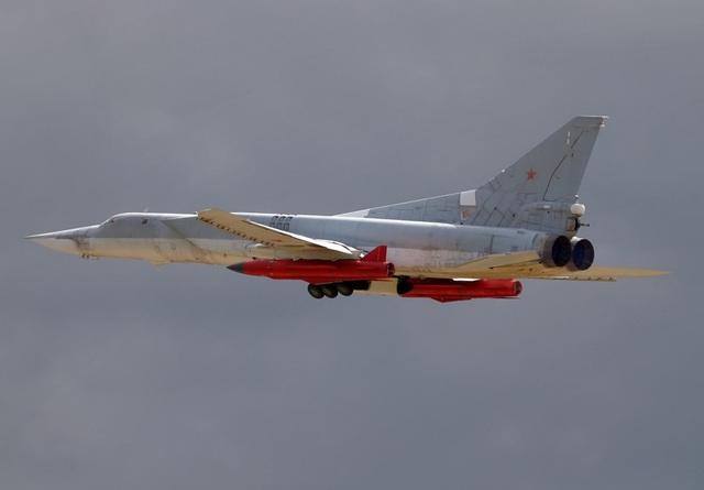 Máy bay ném bom Tu-22M3 mang tên lửa Kh-32. (Ảnh: Defense Blog)