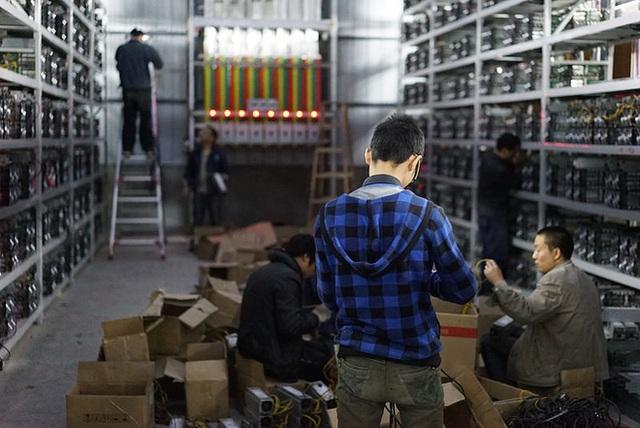 Máy đào bitcoin nhập về Việt Nam khiến các cơ quan chức năng lúng túng trong việc xử lý thủ tục vì tiền ảo bitcoin không được thừa nhận trong thanh toán và lưu hành (ảnh minh hoạ)